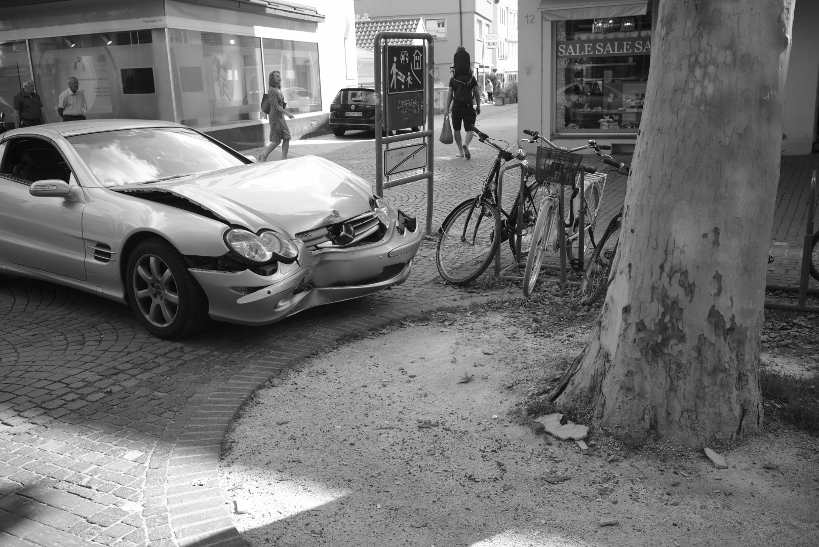 a car that has obviusly bumped into a tree