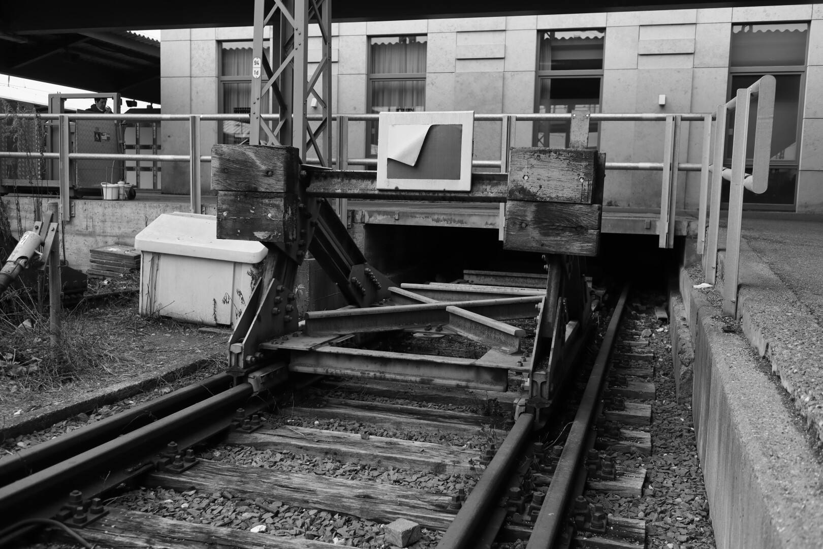 bw picture of a buffer stop at Ulm trainstation
